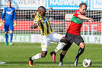 NIJMEGEN - NEC - Vitesse , Voetbal , Eredivisie , Seizoen 2016/2017 , Stadion de Goffert , 23-10-2016 , Vitesse speler Marvelous Nakamba (l) in duel met NEC Nijmegen keeper Andre Fomitschow