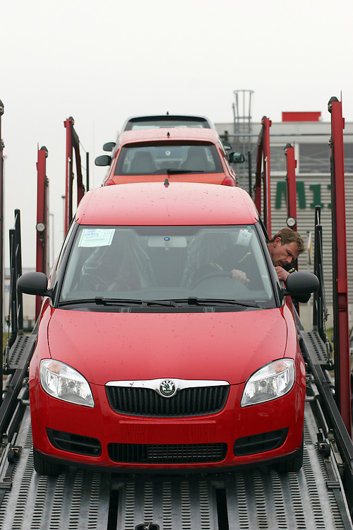 Mlada Boleslav/Tschechische Republik, Tschechien, CZE, 19.03.07: Das neue Modell des Skoda Fabia wird auf dem Werksgelände der Skoda Auto Fabrik in Mlada Boleslav für die Auslieferung per Lkw auf einen Autotransporter geladen. Der tschechische Autohersteller Skoda ist ein Tochterunternehmen der Volkswagen Gruppe.<br /> <br /> Mlada Boleslav/Czech Republic, CZE, 19.03.07: New Skoda Fabia vehicle being loaded on trailer-train for transport from Skoda car factory in Mlada Boleslav. Czech car producer Skoda Auto is subsidiary of the German Volkswagen Group (VAG).