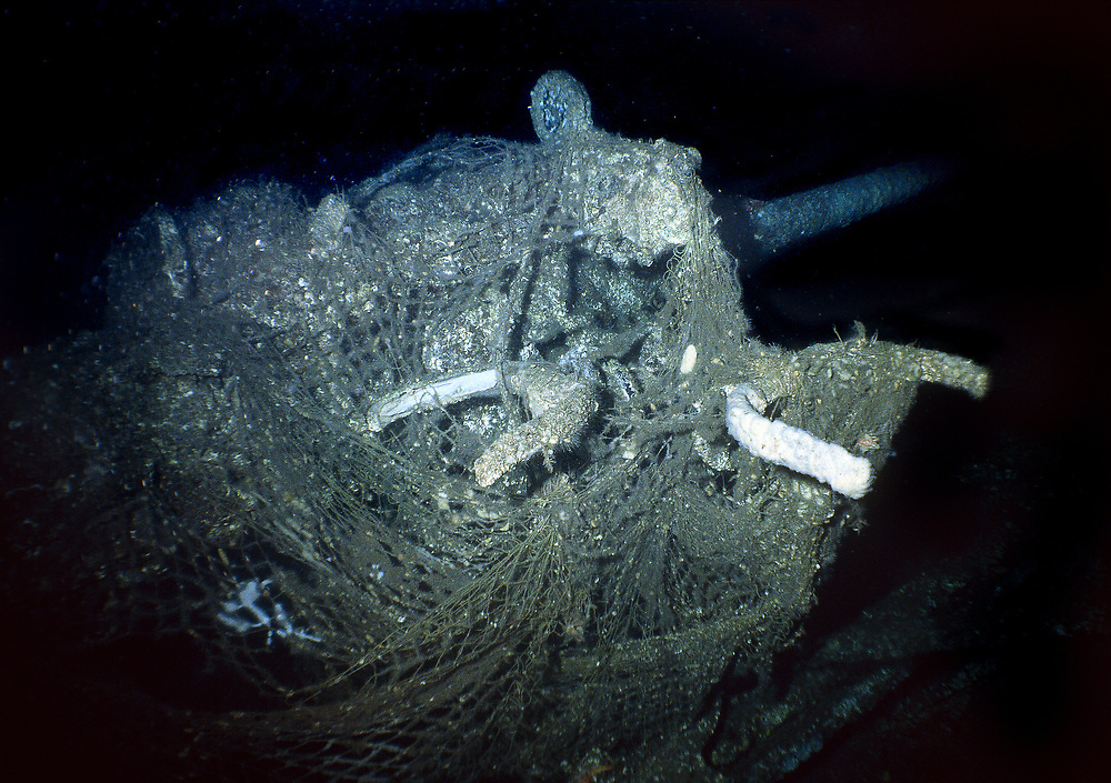 UJ173 lies on 65 metres of water. It was used to hunt submarines with during the second world war. This is the gun in the bow of the wreck. It is covered in fishing nets. Location: Norway