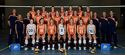 21-05-2014 NED: Selectie Nederlands volleybal team vrouwen, Arnhem<br /> Op Papendal werd het Nederlands team volleybal seizoen 2014-2015 gepresenteerd / Teamfoto met staf