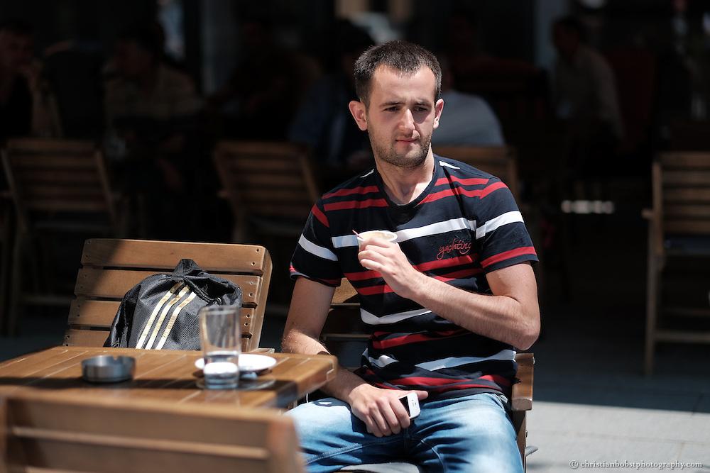 """Arlind Gashi, wohnt und arbeitet in Peja, hat Ausbildung bei """"Praktik"""" gemacht, das von Helvetas unterstützt wird und hat dadurch einen festen Job bei der Internetfirma Kujtesa gefunden."""