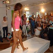 NLD/Amstelveen/20070524 - Presentatie LIEF kledinglijn, modeshow, catwalk, fotografen