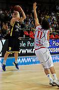 DESCRIZIONE : Bologna Lega Basket A2 2011-12 Morpho Basket Piacenza Tezenis Verona<br /> GIOCATORE : Donnie McGrath<br /> CATEGORIA : Three Points<br /> SQUADRA : Tezenis Verona<br /> EVENTO : Campionato Lega A2 2011-2012<br /> GARA : Morpho Basket Piacenza Tezenis Verona<br /> DATA : 05/05/2012<br /> SPORT : Pallacanestro<br /> AUTORE : Agenzia Ciamillo-Castoria/A.Giberti<br /> Galleria : Lega Basket A2 2011-2012 <br /> Fotonotizia : Bologna Lega Basket A2 2011-12 Morpho Basket Piacenza Tezenis Verona<br /> Predefinita :