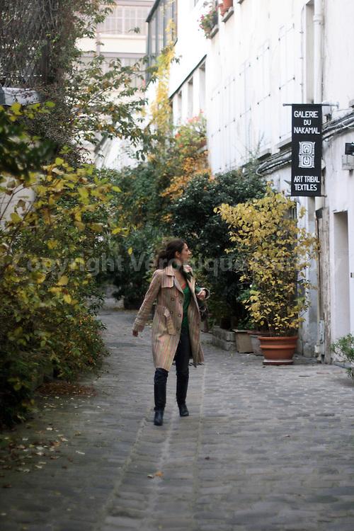 Daphne Bugey in a little street of the Bastille district.  Daphne Bugey dans un passage du quartier Bastille