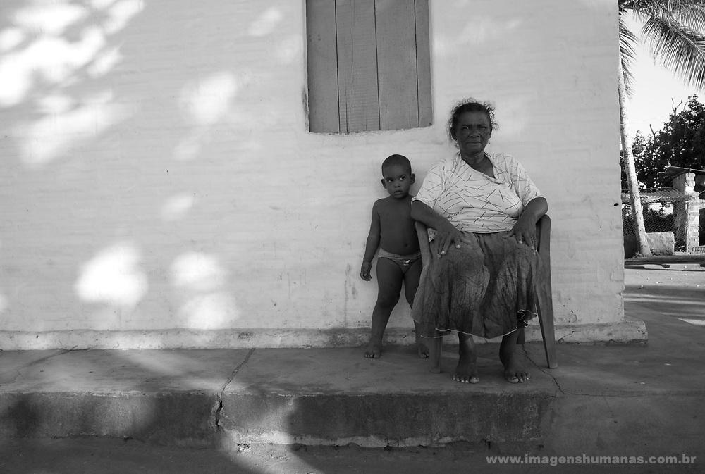 Criança  João Carlos com a avó Ana Maria Florenço de 65 anos, doente de Chacas , usa marca passo e é moradora no Sítio Nossa Senhora da Conceição no município de Nazaré da Mata em Pernambuco