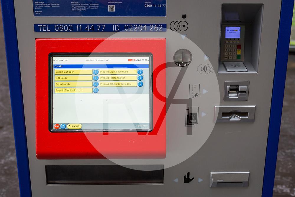 SCHWEIZ - ZUG - SBB-Billetautomat mit Zusatzdiensten auf dem Bildschirm, u.a. Bitcoin aufladen und Prepaid Funktionen - 01. März 2018 © Raphael Hünerfauth - http://huenerfauth.ch