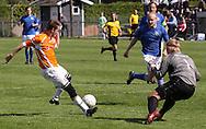 FODBOLD: Kienn Jensen (Helsingør) afslutter mod målmand Martin Raffli (Værløse) under kampen i Danmarksserien, pulje 1, mellem Værløse Boldklub og Elite 3000 Helsingør den 29. maj 2010 på Værløse Stadion. Foto: Claus Birch