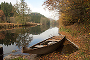 die Ilz bei Schrottenbaummühle, Boot am Ufer, Bayerischer Wald, Bayern, Deutschland | river Ilz near Schrottenbaummühle, boat on the shore, Bavarian Forest, Bavaria, Germany