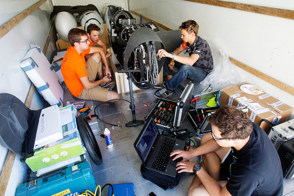 In een bus werkt het technisch team aan verbeteringen voor de VeloX. Het Human Power Team Delft en Amsterdam (HPT), dat bestaat uit studenten van de TU Delft en de VU Amsterdam, is in Amerika om te proberen het record snelfietsen te verbreken. In Battle Mountain (Nevada) wordt ieder jaar de World Human Powered Speed Challenge gehouden. Tijdens deze wedstrijd wordt geprobeerd zo hard mogelijk te fietsen op pure menskracht. Het huidige record staat sinds 2015 op naam van de Canadees Todd Reichert die 139,45 km/h reed. De deelnemers bestaan zowel uit teams van universiteiten als uit hobbyisten. Met de gestroomlijnde fietsen willen ze laten zien wat mogelijk is met menskracht. De speciale ligfietsen kunnen gezien worden als de Formule 1 van het fietsen. De kennis die wordt opgedaan wordt ook gebruikt om duurzaam vervoer verder te ontwikkelen.<br /> <br /> The Human Power Team Delft and Amsterdam, a team by students of the TU Delft and the VU Amsterdam, is in America to set a new world record speed cycling.In Battle Mountain (Nevada) each year the World Human Powered Speed ​​Challenge is held. During this race they try to ride on pure manpower as hard as possible. Since 2015 the Canadian Todd Reichert is record holder with a speed of 136,45 km/h. The participants consist of both teams from universities and from hobbyists. With the sleek bikes they want to show what is possible with human power. The special recumbent bicycles can be seen as the Formula 1 of the bicycle. The knowledge gained is also used to develop sustainable transport.