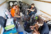 In een bus werkt het technisch team aan verbeteringen voor de VeloX. Het Human Power Team Delft en Amsterdam (HPT), dat bestaat uit studenten van de TU Delft en de VU Amsterdam, is in Amerika om te proberen het record snelfietsen te verbreken. In Battle Mountain (Nevada) wordt ieder jaar de World Human Powered Speed Challenge gehouden. Tijdens deze wedstrijd wordt geprobeerd zo hard mogelijk te fietsen op pure menskracht. Het huidige record staat sinds 2015 op naam van de Canadees Todd Reichert die 139,45 km/h reed. De deelnemers bestaan zowel uit teams van universiteiten als uit hobbyisten. Met de gestroomlijnde fietsen willen ze laten zien wat mogelijk is met menskracht. De speciale ligfietsen kunnen gezien worden als de Formule 1 van het fietsen. De kennis die wordt opgedaan wordt ook gebruikt om duurzaam vervoer verder te ontwikkelen.<br /> <br /> The Human Power Team Delft and Amsterdam, a team by students of the TU Delft and the VU Amsterdam, is in America to set a new world record speed cycling.In Battle Mountain (Nevada) each year the World Human Powered Speed Challenge is held. During this race they try to ride on pure manpower as hard as possible. Since 2015 the Canadian Todd Reichert is record holder with a speed of 136,45 km/h. The participants consist of both teams from universities and from hobbyists. With the sleek bikes they want to show what is possible with human power. The special recumbent bicycles can be seen as the Formula 1 of the bicycle. The knowledge gained is also used to develop sustainable transport.