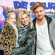 NLD/Amsterdam/20170318 - première De Smurfen en het Verloren Dorp, Johnny de Mol en partner  Anouk van Schie
