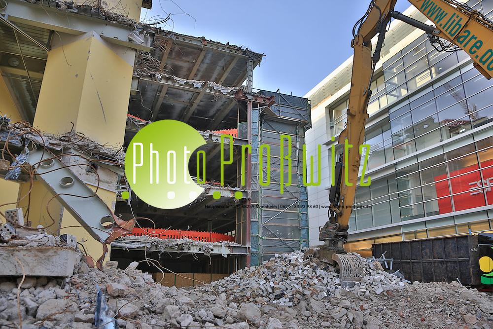 Mannheim. 13.02.14  Planken Innenstadt. O4/4 Ehemaliges Bankpalais wird abgerissen. Asbest wurde gefunden und wird entsorgt.<br /> <br /> Bild: Markus Pro&szlig;witz 13FEB14 / masterpress / images4.de