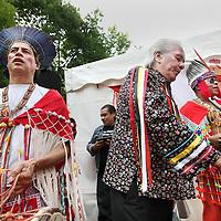 """Nederland, Amsterdam , 1 juli 2013.<br /> Afschaffing Slavernij Herdenking in het Oosterpark.<br /> Na afloop van de herdenking zorgt het jaarlijkse Keti Koti festival voor een vrolijkere sfeer. Keti Koti betekent 'Verbroken Ketenen' in het Surinaams, en symboliseert de afschaffing van de slavernij. Het Keti Koti Festival viert jaarlijks vrijheid, gelijkheid en verbondenheid met een kleurrijke explosie van vreugde in het Oosterpark. Op vier podia zijn multiculturele muziek- en dansoptredens en in het hele park kan men genieten van traditioneel eten en drinken, lezingen, films, een Caribische markt en kunst.<br /> Op de foto: De Nederlandse Shamaan Willem Koning (links) tijdens de inwijdingsplechtigheid bij de Surinaams Indiaanse tent. In het midden voormalige Indiaanse  drummer Peter """"Last Walking Bear"""" DePoe van de Noord Amerikaanse band Redbone trommelt mee tijdens de inwijdingsceremonie.<br /> <br /> <br /> <br /> Foto:Jean-Pierre Jans"""
