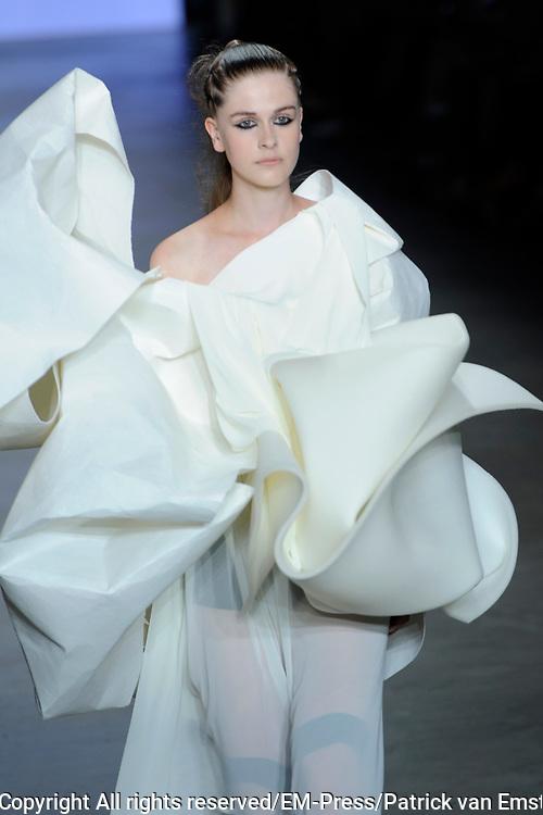 Amsterdam Fashion Week  zomer 2014 - catwalk Marga Weimans in de Gashouder, Amsterdam.<br /> <br /> Op de foto:   Catwalkshow