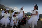 Petites filles déguisées en anges et diable, La Tour-de-Trême, 2010. Mädchen als Engel und Teufelchen verkleidet. © Romano P. Riedo