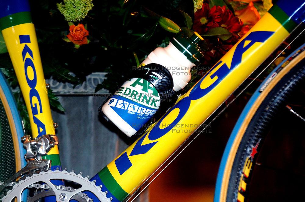 08-03-2006 WIELRENNEN: TEAMPRESENTATIE AA CYCLINGTEAM: ALPHEN AAN DE RIJN<br /> Bidon, fiets - sponsoring<br /> Copyrights: WWW.FOTOHOOGENDOORN.NL