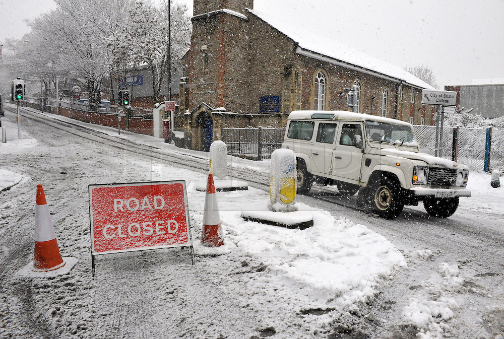 © Licensed to London News Pictures. 18/01/2013. Bristol, UK. Heavy snow disrupts traffic in St Werburghs in Bristol. 18 January 2013..Photo credit : Simon Chapman/LNP
