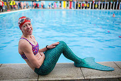 © Licensed to London News Pictures. 28/01/2017. London, UK. A woman dressed as a mermaid at the 7th UK Cold Water Swimming Championships, taking place at Tooting Bec Lido. Ice in the Lido has only recently thawed following freezing temperatures in London over the past week. Temperatures in the pool today at 1 degree celsius. Photo credit : Tom Nicholson/LNP
