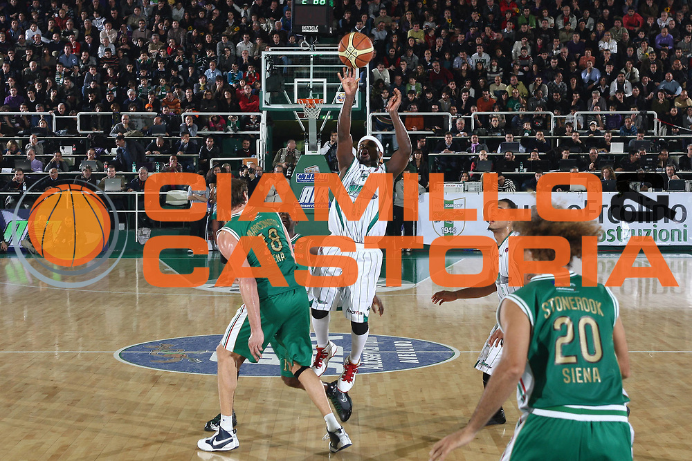 DESCRIZIONE : Avellino Lega A 2009-10 Air Avellino Montepaschi Siena<br /> GIOCATORE : Dee Brown<br /> SQUADRA : Air Avellino <br /> EVENTO : Campionato Lega A 2009-2010 <br /> GARA : Air Avellino Montepaschi Siena<br /> DATA : 29/11/2009<br /> CATEGORIA : tiro<br /> SPORT : Pallacanestro <br /> AUTORE : Agenzia Ciamillo-Castoria/C.De Massis<br /> Galleria : Lega Basket A 2009-2010 <br /> Fotonotizia : Avellino Lega A 2009-10 Air Avellino Montepaschi Siena<br /> Predefinita :