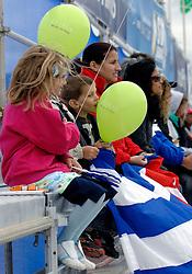 28-06-2007 VOLLEYBAL: WORLD TOUR BEACHVOLLEYBAL: STAVANGER<br /> Publiek toeschouwers bij het beachvolleybal tribune kinderen cubaanse item<br /> ©2007-WWW.FOTOHOOGENDOORN.NL