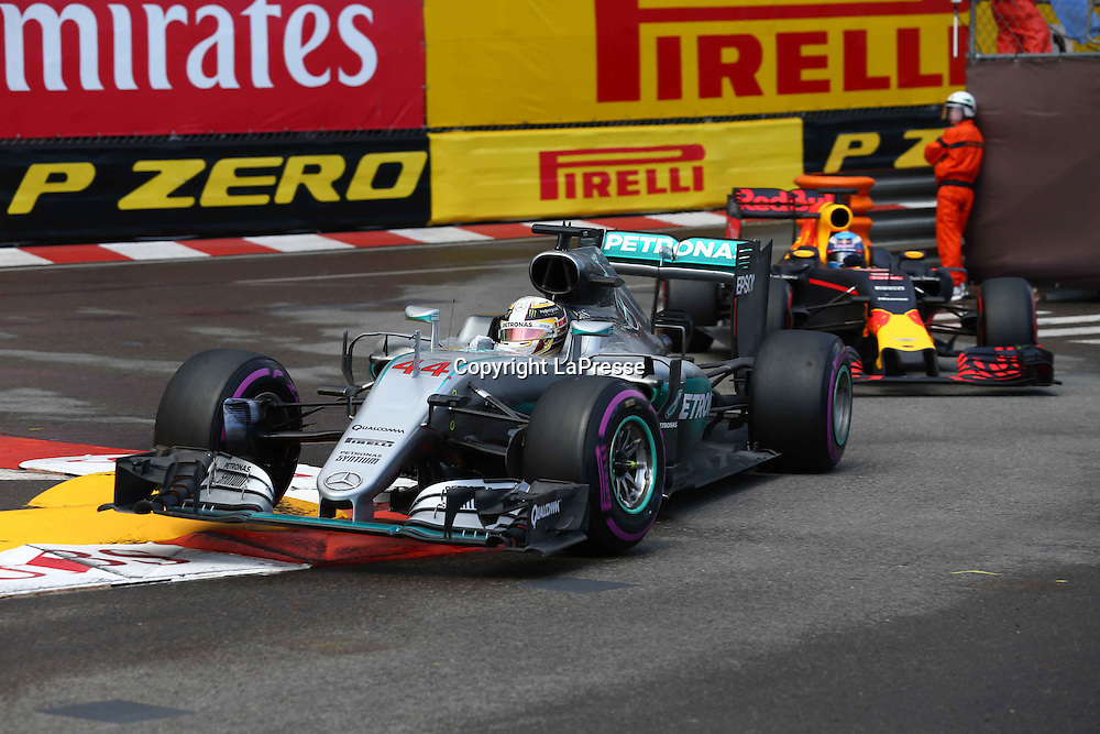 &copy; Photo4 / LaPresse<br /> 29/05/2016 Monte Carlo, Monaco<br /> Sport <br /> Grand Prix Formula One Monaco 2016<br /> In the pic: Lewis Hamilton (GBR) Mercedes AMG F1 W07 Hybrid and Daniel Ricciardo (AUS) Red Bull Racing RB12