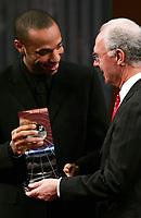 Thierry Henry bekommt den Pokal von Franz Beckenbauer. © Valeriano Di Domenico/EQ Images
