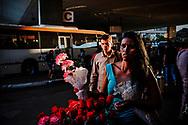 Uma passageira carrega um buquê de flores recebido por ocasião do Dia Internacional da Mulher na Rodoviária do Plano Piloto, Brasília. Cerca de um milhão de passageiros passa diariamente pelo terminal, que é o principal ponto de conexão entre as cidades-satélite e o Plano Piloto.