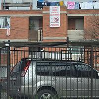 """Toluca, México.- Habitantes y comerciantes de la Unidad Habitacional la Crespa de Toluca han colocado mantas en contra de la delincuencia con la frase """"Ratero si te agarramos te linchamos"""", y se han organizado para que porten un silbato y alertar a los vecinos, y detengan a los rateros.  Agencia MVT / José Hernández"""
