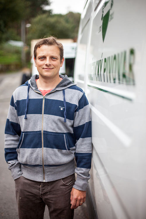 Direktor der Kleinbrauerei in Unetice Herr Ing. Stepan Tkadlec auf dem Außengelände der Brauerei.
