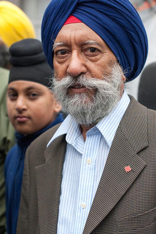 Montr&eacute;al, Canada, le 14 septembre 2013. Des membres de la communaut&eacute; Sikh se joignent &agrave; la manifestation pour protester contre la Charte des valeurs qu&eacute;b&eacute;coises qui interdit aux employ&eacute;s de la fonction publique le port de signes religieux ostensatoires comme le hijab ou la Kippa.<br /> M.Singh Mangiit, member of the Montreal Sikh community, addresses protesters at the beginning of the demonstration