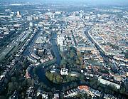 Nederland, Zuid-Holland, Leiden, 01-12-2005; historische binnenstad Leiden met sterrenwacht in de bocht van de Witte Singel; direkt boven de sterrenwacht begint het park behorende bij de Hortus Botanicus, afgesloten door de  Oranjerie en de grote nieuwbouw kas; rechtsonder hiervan het Academiegebouw aan het Rapenburg (met torentje); de verschillende singels vormen zijn vertakkingen van de Oude Rijn; aan de horizon omgeving Centraal Station met LUMC (zie ook andere (lucht)foto's); waterbeheer,  grachtengordel,  rivierdelta, infrastructuur, planologie, verkeer en vervoer.foto Siebe Swart