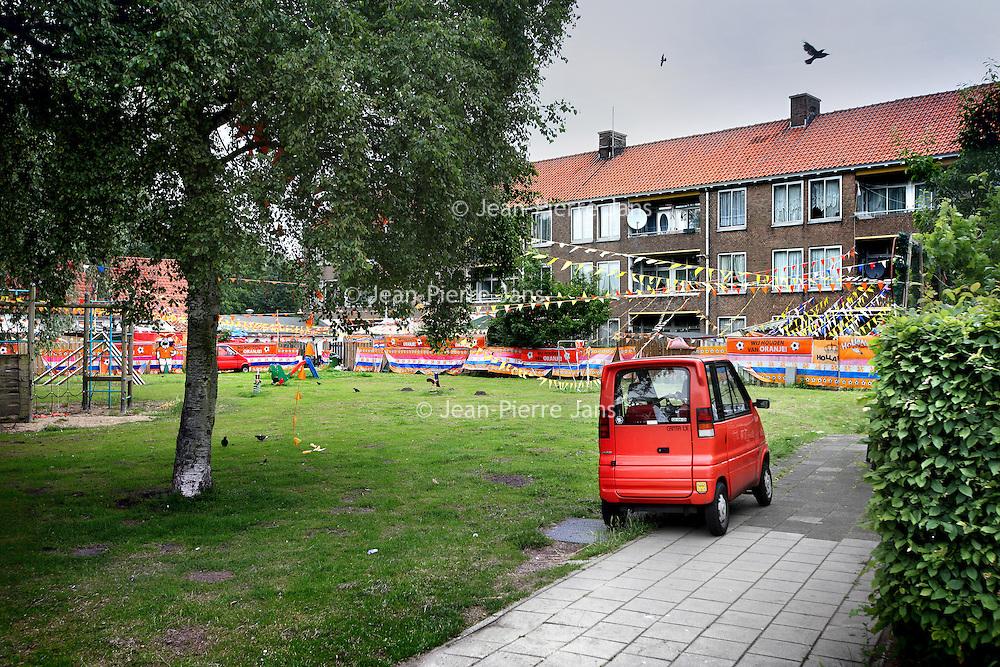 Nederland, Amsterdam , 21 juni 2012..De achterkant van nr 135-148 (rechts in beeld) van de Burgemeester van Leeuwenlaan waar bewoners de buurt terroriseren uit angst dat allochtonen hun huizen innemen..Foto:Jean-Pierre Jans