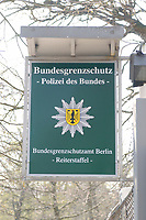 """08 APR 2002, BERLIN/GERMANY:<br /> Schild """"Bundesgrenzschutzamt Berlin - Reiterstaffel""""<br /> IMAGE: 20020408-01-001<br /> KEYWORDS: Reiter, Pferd, Pferde, Grenzschutz, BGS,  Reiterstaffel, Horse, Bundesgrenzschutz, Polizei, Sign"""
