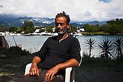 Gianfranco Franciosi nel suo cantiere navale di Ameglia (SP).  Sullo sfondo dell'immagine le Alpi Apuane ed il fiume Magra. Gianni ha cominciato a lavorare col le barche fin da giovanissimo.