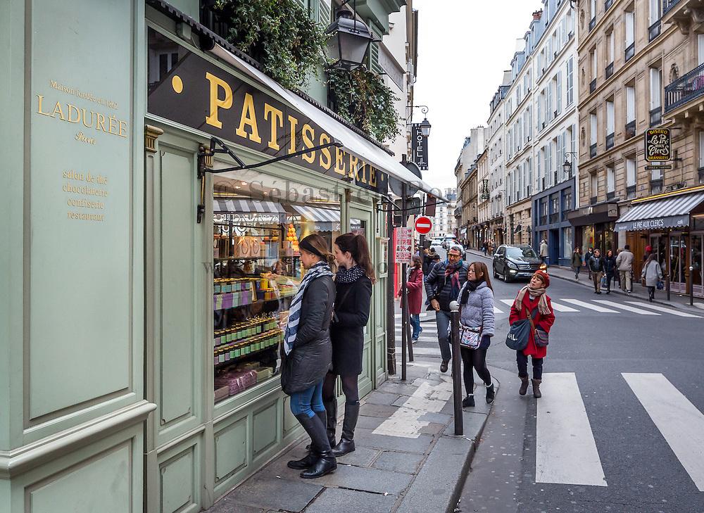Vitrine de la célèbre patisserie Ladurée du quartier Saint Germain des Prés. Paris, France / Saint Germain des Près famous cake shop Ladurée