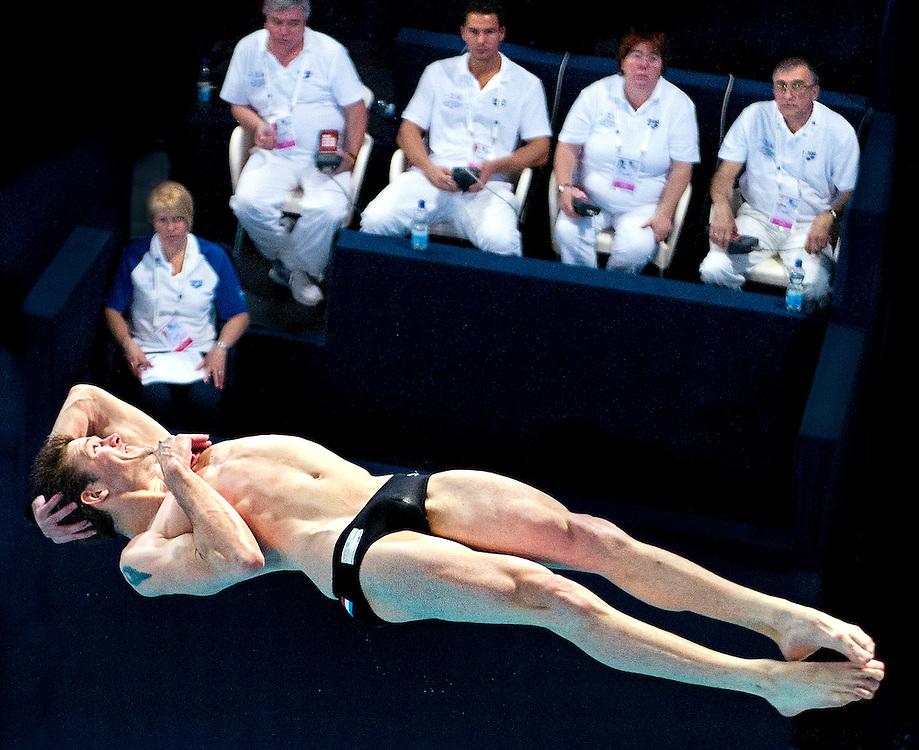 Nederland, Eindhoven, 17-05-2012.<br /> Zwemmen, Internationaal, Schoonspringen, Mannen.<br /> 3 meter plank, Kwalificaties.<br /> Yorick de Bruijn uit Nederland wordt bij zijn 3e sprong nauwlettend gevolgd door de jury.<br /> Foto : Klaas Jan van der Weij