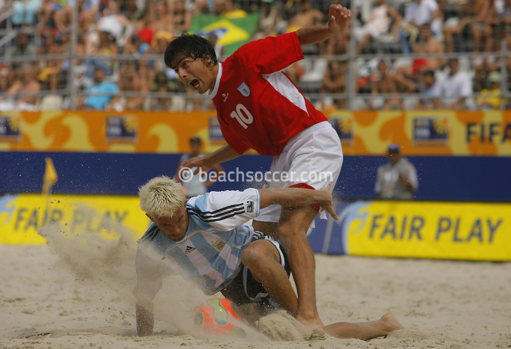 Football-FIFA Beach Soccer World Cup 2006 - Quarter Finals, Argentina - Uruguay, Beachsoccer World Cup 2006. Uruguay's Fabian and Argentina's Lopez - Rio de Janeiro - Brazil 09/11/2006. Mandatory credit: FIFA/ Manuel Queimadelos