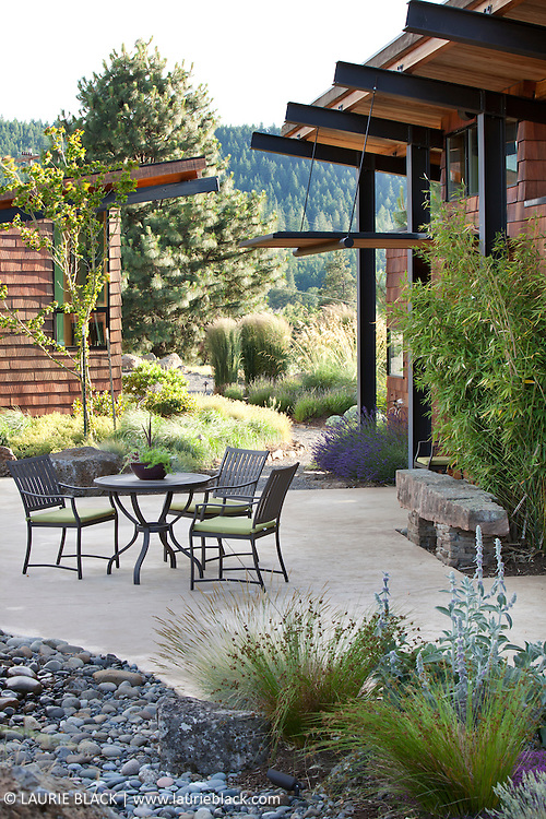 Columbia Gorge garden patio dining area