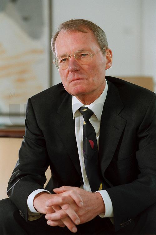 13 JAN 2000, BERLIN/GERMANY:<br /> Hans-Olaf Henkel, Präsident des Bundesverbandes der Deutschen Industrie, BDI, während einem Interview in seinem Büro<br /> Hans-Olaf Henkel, President of the Federalassociation of the German Industrie, during an interview, in his office<br /> IMAGE: 20000113-01/02-07