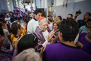 El Cardenal Jorge Urosa Savino saluda a los devotos que acuden hoy, miércoles 27 de marzo, a la basílica de Santa Teresa de Caracas (Venezuela) para adorar al Nazareno de San Pablo. (Foto/Ivan Gonzalez)