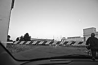 per qualche istante il traffico veicolare resta interrotto nell'attesa che, passato il treno, quelle sbarre si rialzino e il flusso parallelo di auto ricominci a scorrere. Reportage che analizza le situazioni che si incontrano durante un viaggio lungo le linee ferroviarie delle Ferrovie Sud Est nel Salento.