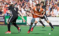 BLOEMENDAAL   - Hockey -  2e wedstrijd halve finale Play Offs heren. Bloemendaal-Amsterdam (2-2) . A'dam wint shoot outs. Glenn Schuurman (Bldaal) met Klaas Vermeulen (A'dam).  COPYRIGHT KOEN SUYK