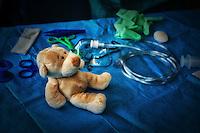 """LYON, FRANCE - MARCH 28: Teddy Bear Hospital (L'hopital des Nounours).L'aventure ?Hôpital des Nounours? débute en 2000, en Allemagne, sous le nom de ?Teddy Bear Hospital?. .Primé au prix des projets de l'International Federation of Medical Students' Associations (IFMSA) en 2002, ce projet s'exporte rapidement dans divers pays à travers le monde entier, dont la France. .L'Hôpital des Nounours a plusieurs objectifs:.- faire découvrir le monde hospitalier aux enfants de 5 à 7 ans.- éviter la peur de la ?blouse blanche?.- sensibiliser les enfants à l'hygiène et à la santé...Cette méthode consiste également à former les jeunes médecins au comportement des enfants et à les aider, grâce à un objet transitionnel, à dédramatiser le milieu hospitalier...En 2004 six associations d'étudiants en médecine françaises emboîtent le pas des Allemands, se lancent aussi dans """"la nounoursologie"""" et rencontrent un vif succès..L'association nationale des étudiants en médecine de Franceporte ce projet en collaboration avec l'éducation nationale. .La formation se déroule en plusieurs temps..Les étudiants vontà l'école pour préparer les enfants. .Puis un """"hôpital de """"nounours"""" éphémère est installé dans la fac de médecine. Ensuite lesenfants viennent faire soigner leur """"nounours""""..Ils sont invités à suivre un véritable parcours de soin, ?comme en vrai?: bureau des admissions, salle d'attente, consultation avec un ?nounoursologue?, radiologie, pour donner le meilleur traitement au nounours..S'il suffit d'un simple traitement médicamenteux, direction la pharmacie. .Le bras du nounours est cassé? Direction le bloc opératoire ou la salle de plâtre..?Le tout est scrupuleusement noté dans le carnet de santé du nounours. .Les enfants sont invités à participer aux diverses activités s'ils le souhaitent, tant que cela reste ludique et que ce n'est pas vécu comme traumatisant? .Après cette journée les étudiants reviennent à l'école pour évaluer le ressenti des enfants...Aujourd'hui, toutes les"""
