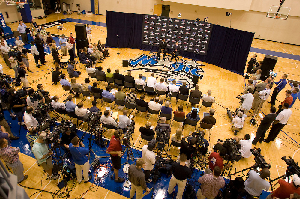 Newly announced Orlando Magic head coach Billy Donovan speaks with the media during his first press conference in Orlando, Florida June 1, 2007. Donovan is leaving the University of Florida to work for the Magic at Florida.REUTERS/Scott Audette (UNITED STATES)