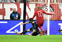 04.11.2015, Allianz Arena, Muenchen, GER, UEFA CL, FC Bayern Muenchen vs FC Arsenal, Gruppe F, im Bild Zweikampf, Aktion Mathieu Debuchy FC Arsenal London (links) gegen Arjen Robben FC Bayern Muenchen Robben fordert Foulelfmeter // during the UEFA Champions League group F match between FC Bayern Munich and FC Arsenal at the Allianz Arena in Muenchen, Germany on 2015/11/04. EXPA Pictures © 2015, PhotoCredit: EXPA/ Eibner-Pressefoto/ Weber<br /> <br /> *****ATTENTION - OUT of GER*****