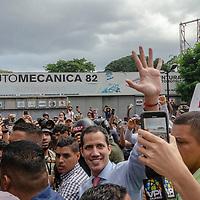 El presidente, encargado de Venezuela, Juan Guaidó, llega a una concentración con miles de venezolanos que protestan contra el mega apagón eléctrico que afecta al país. The president in charge of Venezuela, Juan Guaidó, arrives at a concentration with thousands of Venezuelans who protest against the mega electrical blackout that affects the country.