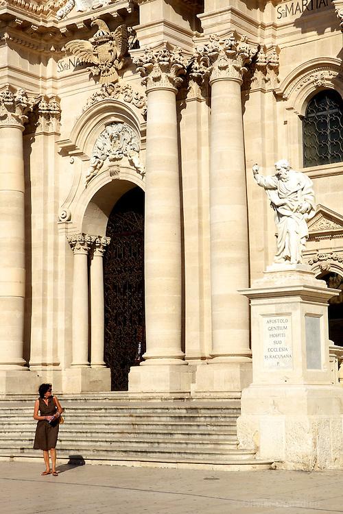 In front of Syracuse Cathedral piazza duomo, Italy. Devant la Cathédrale de Syracuse. Italie.