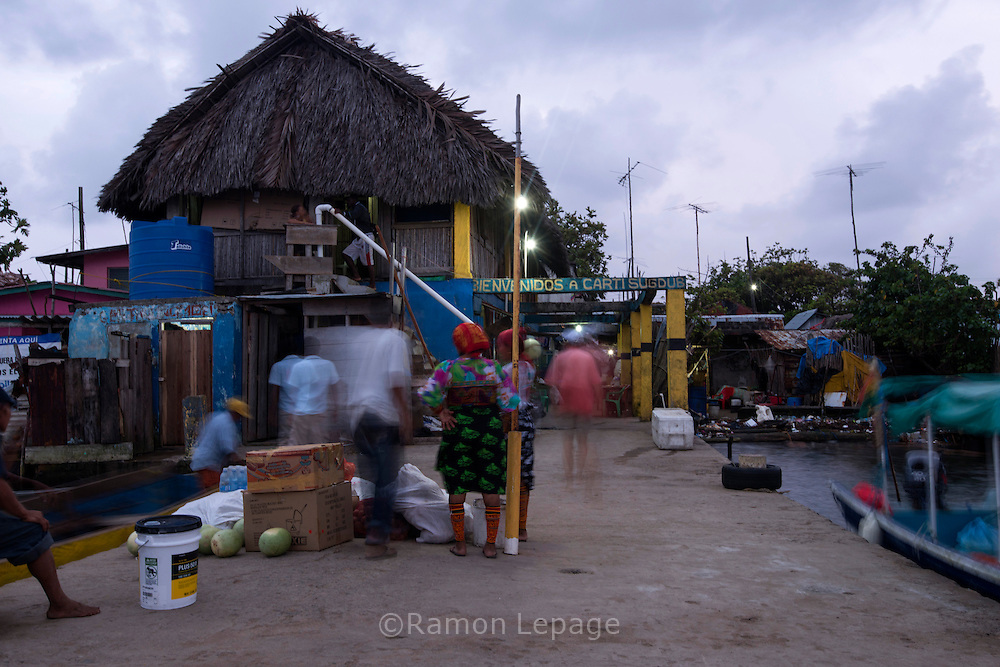 Puerto de la  isla de Carti Sugdub, perteneciente a la comarca indígena  Guna Yala,  forma parte del archipiélago de 365 islas a lo largo de la costa caribe noreste de Panamá...(Ramón Lepage).