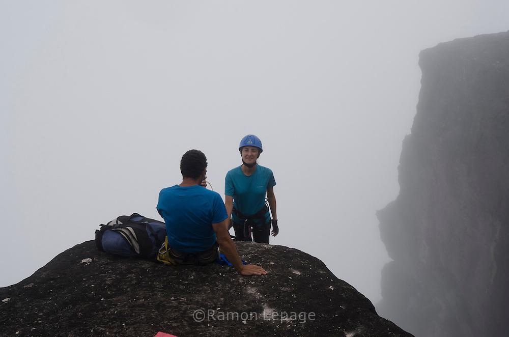 """AUYANTEPUY, VENEZUELA. Inicio del Rappel (350 mts.) por la margen izquierda de la cascada del Salto Angel hasta al sitio del vivac conocido como """"La Cueva"""". El Auyantepuy es el mayor de los tepuis del Parque Nacional Canaima. En sus 700 kms2 alberga el salto angel o conocido por lengua indígena Pemon como """"Kerepacupai Vena; es la caída de agua más grande del mundo con sus 979 metros de altura. (Ramon lepage /Orinoquiaphoto/LatinContent/Getty Images)"""