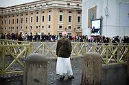 ROMA. UN PRETE DI NAZIONALITà POLACCA INDOSSA UN CAPPELLINO CON I COLORI DELLA BANDIERA POLACCA;